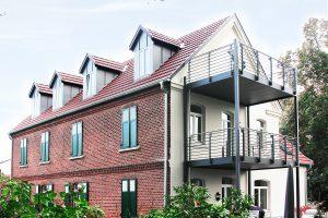 Rückseitige Ansicht auf die Borading Select Wohnungen in der denkmalgeschützten Hofstelle im Ortsteil Kattenstroth in Gütersloh