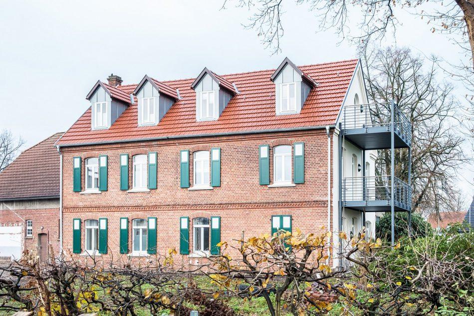 Seitenansicht auf die Borading Select Wohnungen in der denkmalgeschützten Hofstelle im Ortsteil Kattenstroth in Gütersloh.