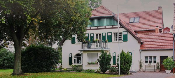 Ansicht von der Straße auf die denkmalgeschützte Hofstelle im Ortsteil Kattenstroth in Gütersloh. Das Boardinghouse in stadtnaher Lage in Gütersloh