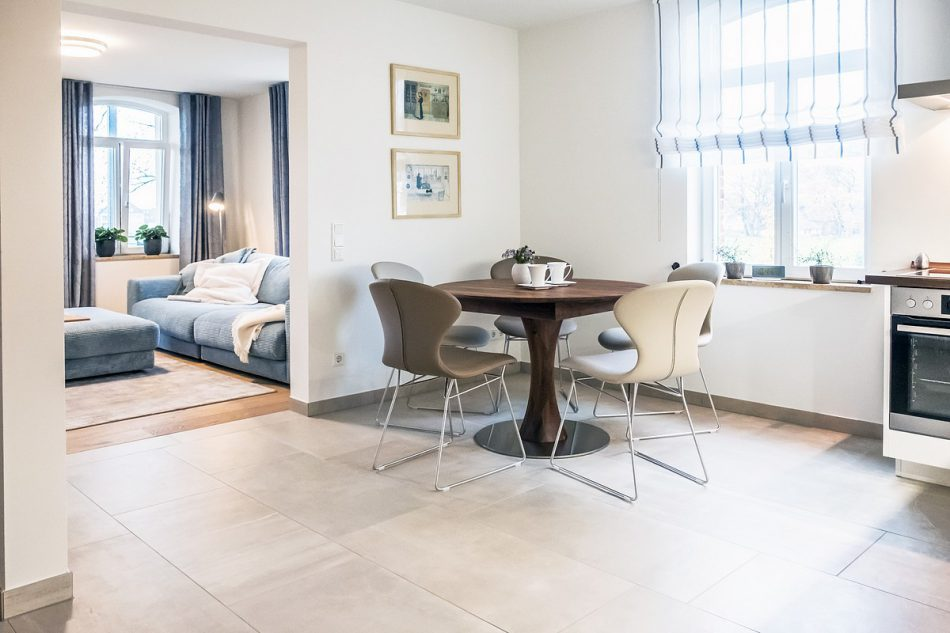 Wohnung 1 im 1. Obergescho - Einblick in das gemütliche Wohnzimmer und Essbereich der Boarding Select am Kattenstrother Weg in Gütersloh.