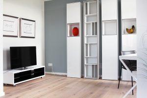 Wohnzimmer mit Flat TV und Arbeitsbereich