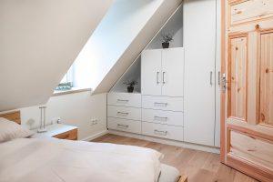 Einblick ins Schlafzimmer der BoardingSelect Wohnung mit reichlich Platz für Ihre Garderobe