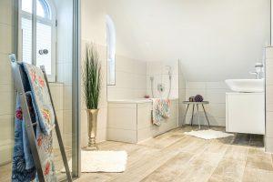Das komfortable Bad mit Badewanne, Dusche und Fön