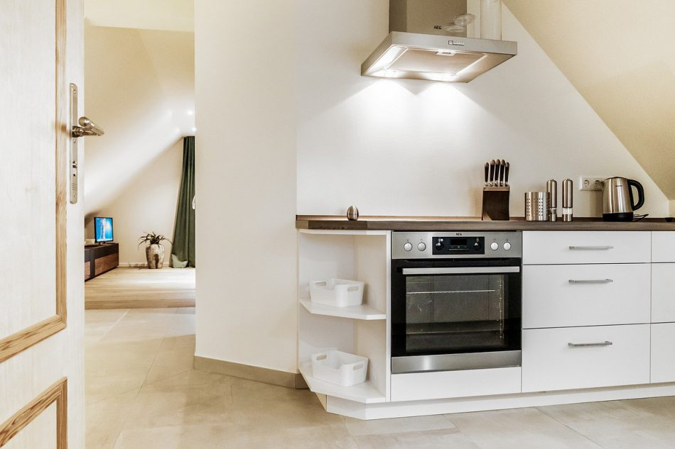 Einblick in die exclusive Küche und Wohnbereich im Dachgeschoss der Boarding Select am Kattenstrother Weg in Gütersloh.