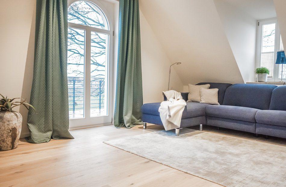 Ansicht des gemütlichen Wohnzimmer - In behaglicher Atmosphäre mit exclusiver Ausstattung nach der Arbeit entspannen bei Boarding Select am Kattenstrother Weg in Gütersloh.