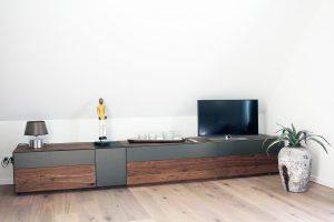 Wohnzimmer mit Flat TV und W-Lan im Dachgeschoss des Boarding Select Hauses am Kattenstrother Weg in Gütersloh.