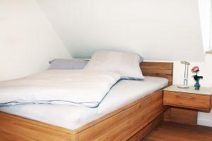 Einblick ins Schlafzimmer der BoardingSelect Wohnung im Dachgeschoss