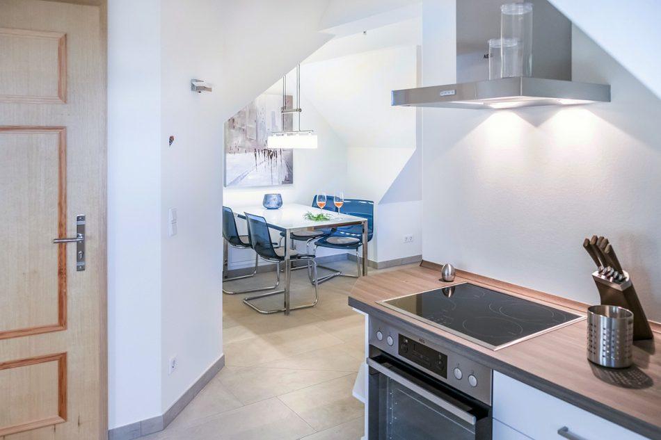 Einblick in die exclusive Küche und Essbereich im Dachgeschoss der Boarding Select am Kattenstrother Weg in Gütersloh.