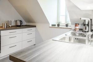 Einblick in die exclusive Küche im Dachgeschoss der Boarding Select am Kattenstrother Weg in Gütersloh.